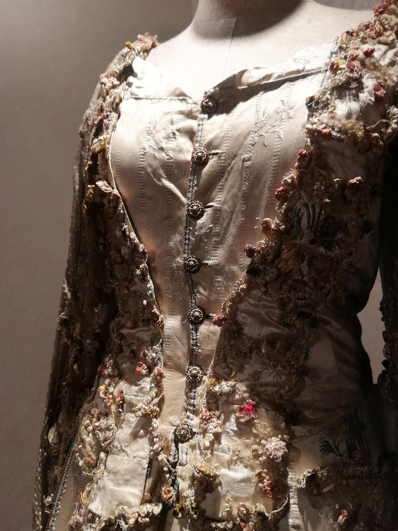 画像:ボタンの博物館 ドレスにあしらわれたボタン