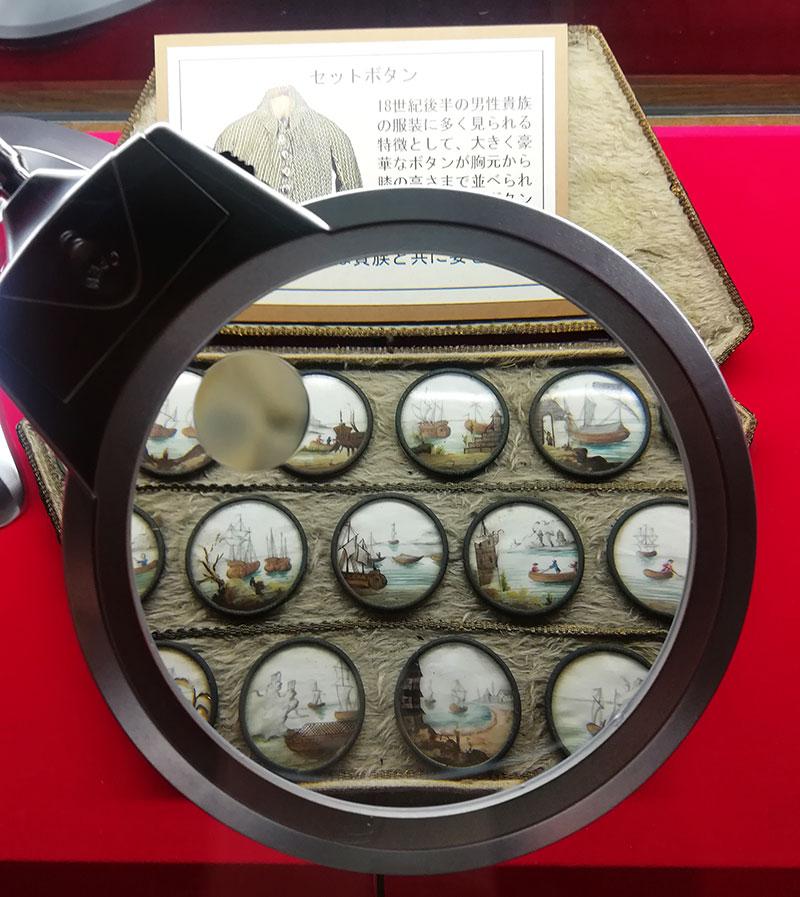 画像:ボタンの博物館 繊細なシリーズのボタン
