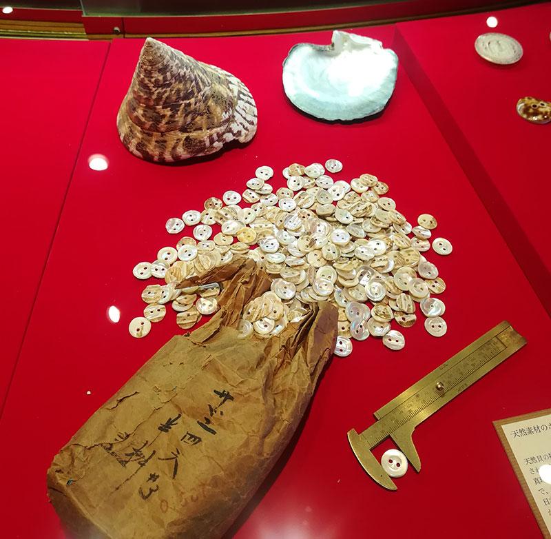 画像:ボタンの博物館 貝ボタン