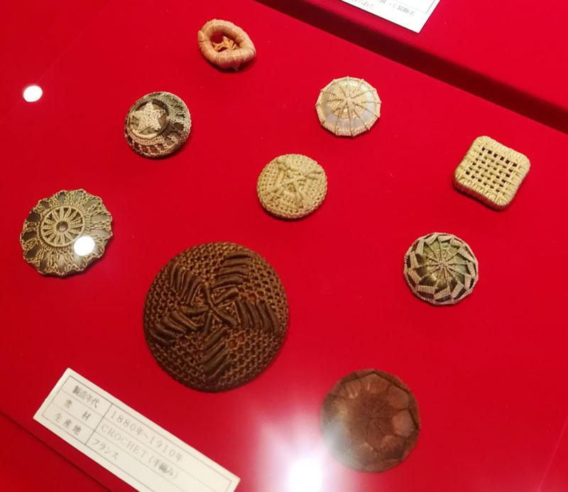 画像:ボタンの博物館 糸などで編んだボタン