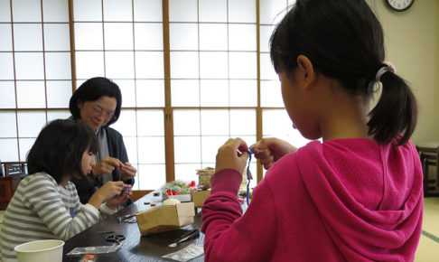 画像:親子ドーセットボタン/糸巻きボタンワークショップ